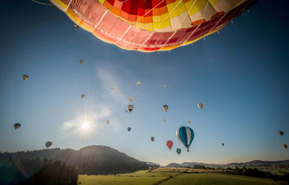 La Chaine des Puys en montgolfière (63) - © G. FayetAuvergne-Rhône-Alpes Tourisme
