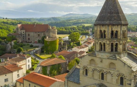 Vue aérienne rapprochée de l'église et du château de Saint-Saturnin - © Canopee 2018