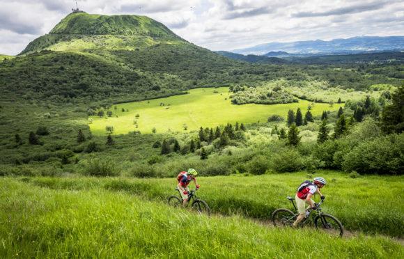 VTT-dans-la-Chaine-des-Puys-montée-au-Puy-Pariou-©-P.-Kunkel-Auvergne-Rhône-Alpes-