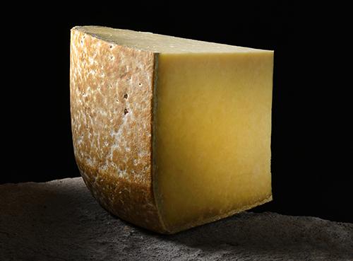 Salers - Fromages-AOP-d_Auvergne - J. Damase Auvergne-Rhône-Alpes Tourisme