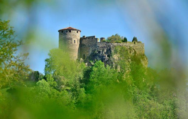 Château de Busséol - l'impressionnante forteresse féodale